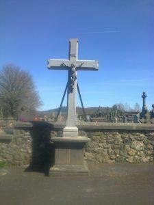 Croix de Saint-Pierre. Croix monumentale en lave de Bouzentès. Hauteur totale 4 mètres. Christ en fonte. Création 2017.